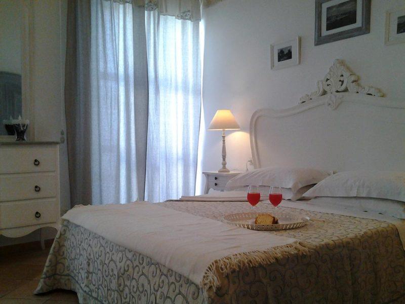 b b la porta vecchia zimmer mit kingsize bett und balkon i borghi d 39 italia il portale. Black Bedroom Furniture Sets. Home Design Ideas