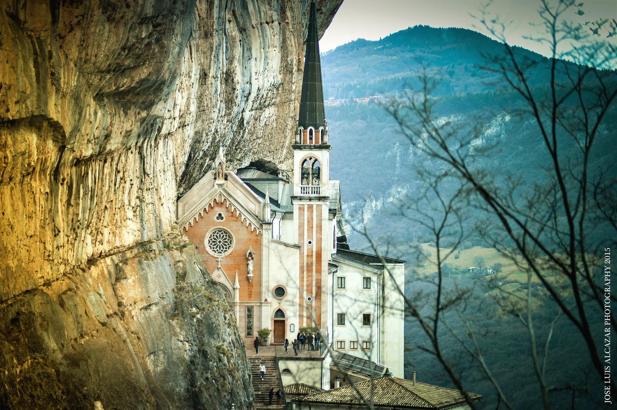 Gradino dopo gradino, una meraviglia tutta da scoprire: il Santuario della Madonna della Corona sul Monte Baldo